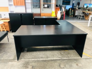 BLACK OFFICE DESK WITH RETURN AND 2X FILING CABINET - SOLD AS IS