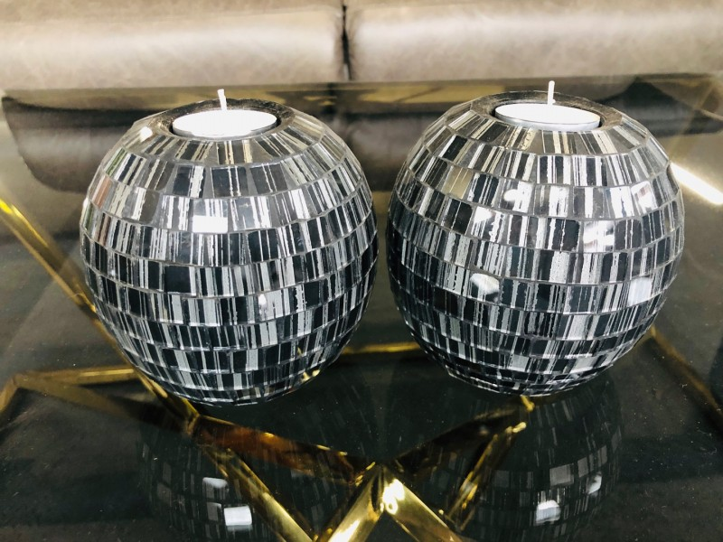 SET OF 2 BALL-SHAPED MOSAIC CANDLE HOLDERS - ASSORTED COLOURS