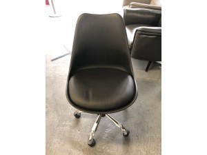 BLACK PLASTIC OFFICE CHAIR WITH PADDED SEAT ON WHEELS