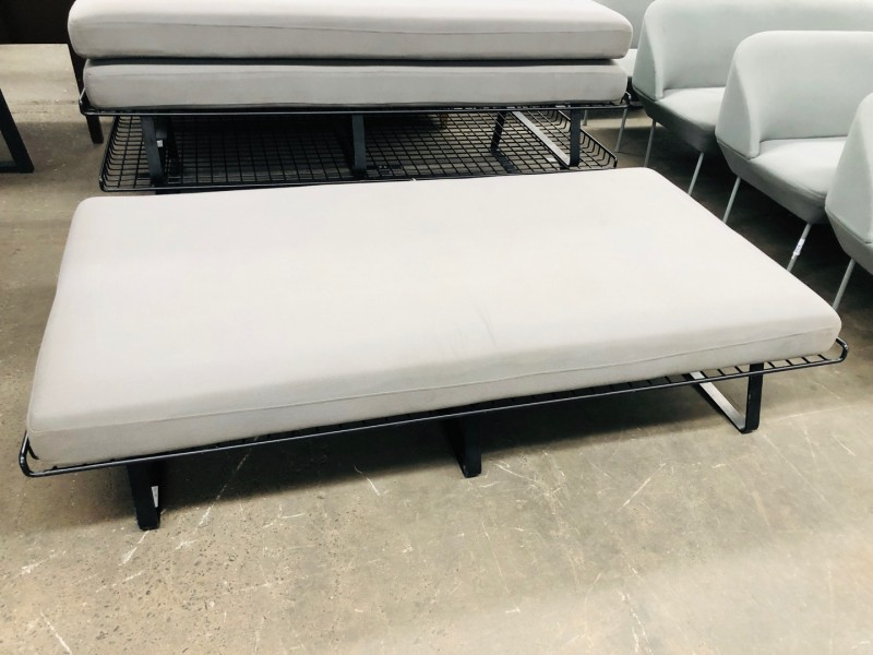 COMFORTABLE AND SIMPLE METAL FRAME DAY BED